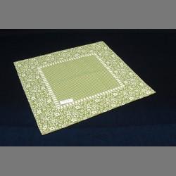 Mozaika s bílými květy na zeleném podkladu